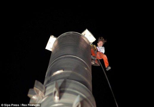 Alain roberts a k a spiderman conquers the world 39 s tallest building kids - Alain robert burj khalifa ...